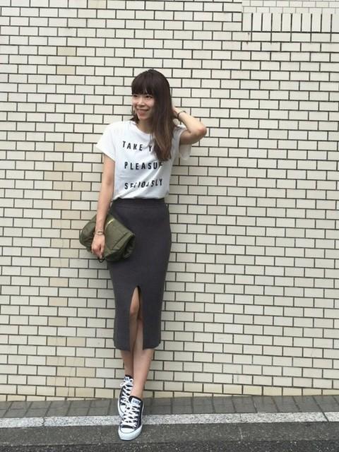 シルエットが綺麗な定番のロングタイトスカートで女度アップ