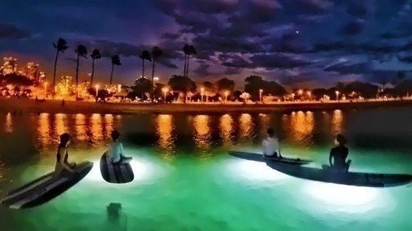 夜の海でダイエットしませんか?サーフィンボードの上でヨガを体験!