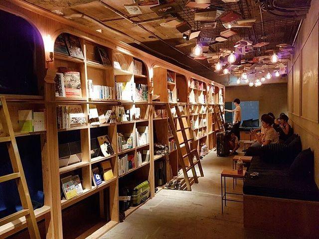 図書館で寝てるよう。本をよむために宿泊する本屋さん