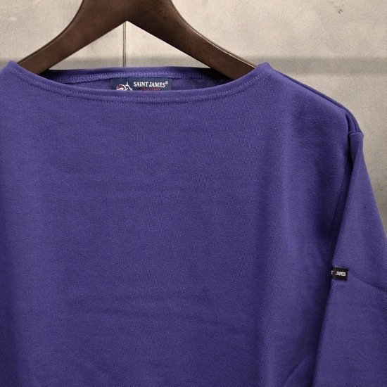 ボートネックTシャツは若い女性を中心にとても人気です