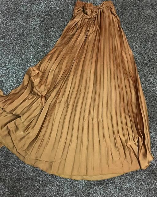 フェミニンコーディネートはマキシ丈のプリーツスカートにおまかせ!