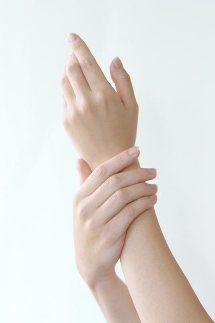 美白ネイル | 手を白く見せたい▷「青みがかった○○」がポイント!