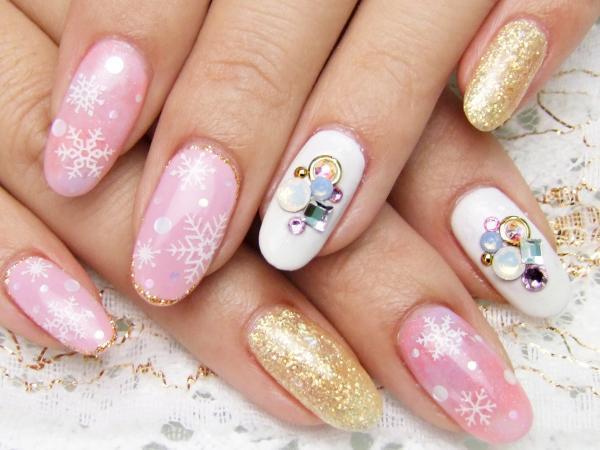 真冬にやりたい!冷たい指先も華やかに飾るトレンドネイルデザイン