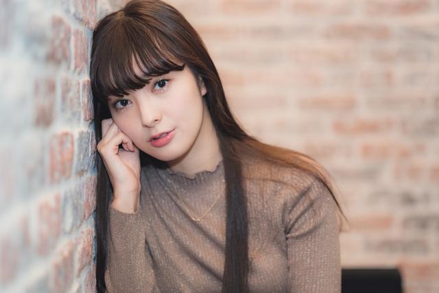 宮本茉由がドラマで話題となったシーンの裏側や美肌を保つ秘訣、来年の抱負を語る