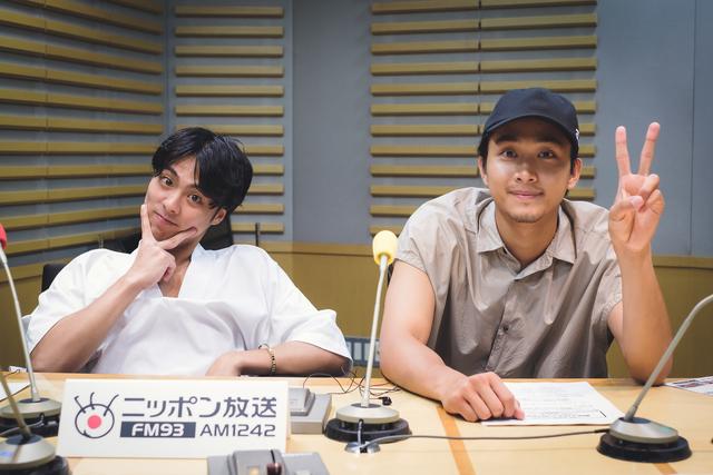 小野塚勇人と佐藤寛太が普段行っている汗対策や劇団メンバーのイメージカラーについて語る