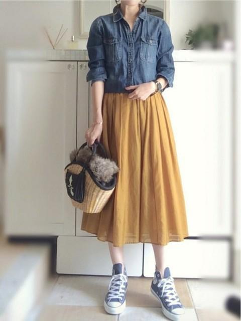 秋色のスカートと合わせて