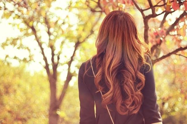 美しい紅葉たちに囲まれて癒やされている女の子のフリー写真画像 GIRLY DROP (482763)