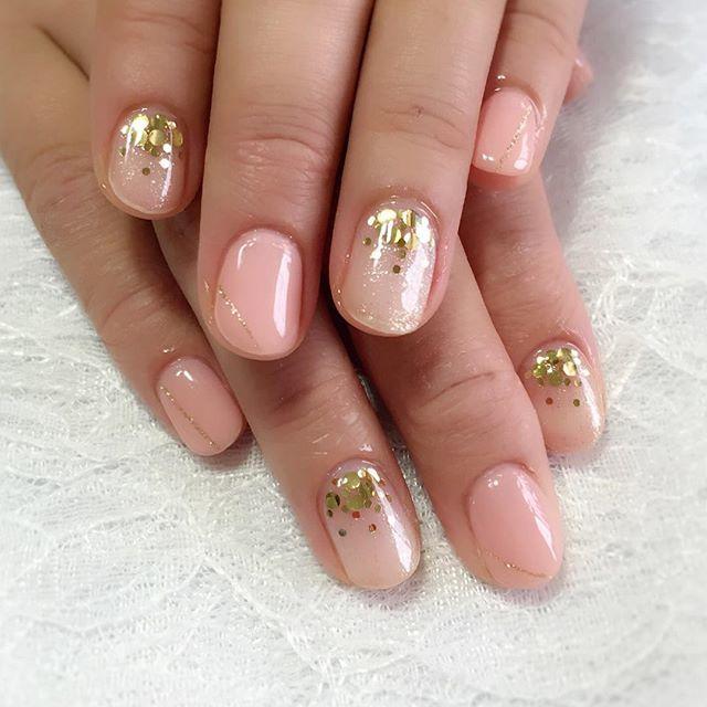 ピンク+ゴールドで「かわいい」冬ネイルを。