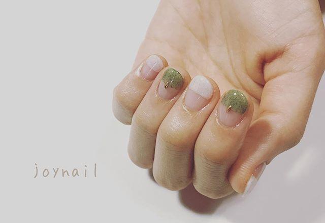 グリーンカラー+ホワイトカラーのフレンチネイル◎