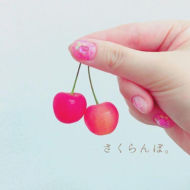 ホログラムのピンクネイルに、おおきなストーン♡