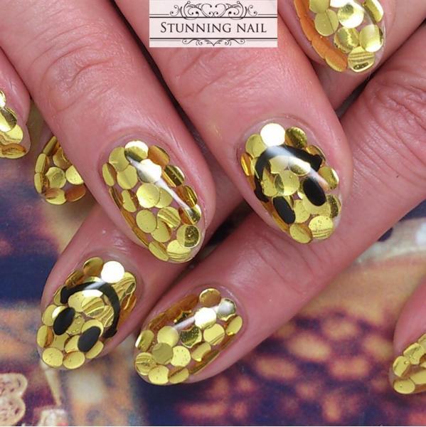 ゴールドの丸ホロで埋め尽くしたストイックなデザイン。さ...