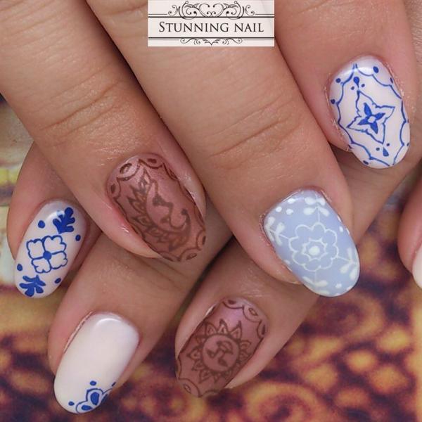 白×青を基調とした爽やかなタイル柄ネイル。ブロンズカラ...